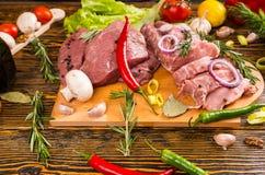 Перцы различных типов с ломтями сырого мяса Стоковое Изображение RF