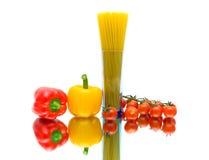 Перцы, спагетти и томаты на белой предпосылке. horizonta Стоковое Изображение RF