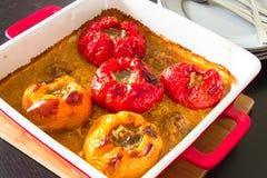 Перцы Baked заполненные с семенить мясом, рисом, в соусе на bl стоковые изображения