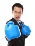 перчатка бизнесмена бокса используя стоковые изображения rf