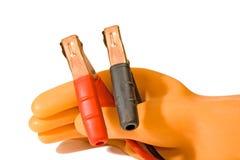 перчатка держит штепсельные вилки резиновым Стоковые Фото