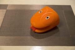 Перчатка печи кухни силикона в форме головы ` s змейки стоковые изображения rf