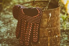 Перчатка черной поковки на старом железном бочонке стоковые фото