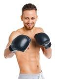 Перчатки бокса атлетического привлекательного человека нося на белизне Стоковое Фото