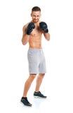 Перчатки бокса атлетического привлекательного человека нося на белизне Стоковое Изображение RF
