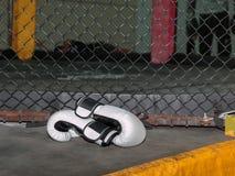 Перчатки бокса белой кожи на поле внутри клетки Muttahida Majlis-E-Amal Стоковая Фотография