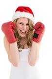 Перчатки бокса белокурой женщины нося усмехаясь на камере Стоковое Изображение