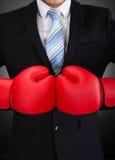 Перчатки бокса бизнесмена нося Стоковые Изображения