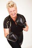 Перчатки бокса бокса женщины пригодности Middelaged нося и иметь Стоковая Фотография