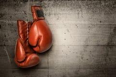Перчатки бокса вися на бетонной стене Стоковые Фото