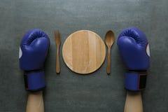 Перчатки бокса женщины нося воюют против потери веса Стоковое фото RF