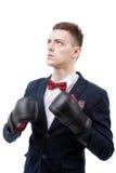 Перчатки бокса молодого кавказского бизнесмена нося Стоковые Изображения RF