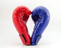 Перчатки бокса на белом конце предпосылки вверх Стоковые Фотографии RF