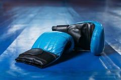 Перчатки бокса на поле кольца Стоковое Изображение