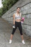 Перчатки бокса подходящей женщины нося Стоковые Изображения RF