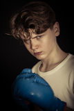 Перчатки бокса решительно атлетического предназначенного для подростков мальчика нося Стоковые Фотографии RF