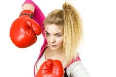 перчатки бокса смотря серьезную нося женщину Стоковые Фото