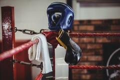 Перчатки бокса, headgear и полотенце держали на боксерском ринге Стоковая Фотография