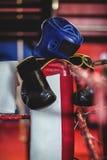 Перчатки бокса, headgear и полотенце держали на боксерском ринге Стоковые Фото