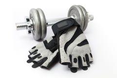 Перчатки гантели и фитнеса на белой предпосылке Стоковое Изображение RF