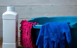 Перчатки для очищая cleanser ветоши ткани мытья стоковое изображение rf