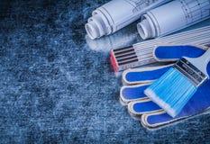 Перчатки деревянных paintbrushes метра защитные и свернутая светокопия Стоковая Фотография RF