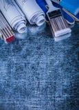 Перчатки деревянных paintbrushes метра защитные blueprints на metall Стоковые Фотографии RF