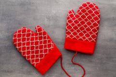 Перчатки детей в предпосылке с оформлениями рождества Стоковые Фотографии RF