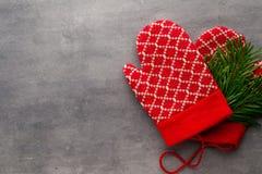 Перчатки детей в предпосылке с оформлениями рождества Стоковые Изображения