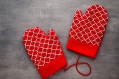 Перчатки детей в предпосылке с оформлениями рождества Стоковые Изображения RF