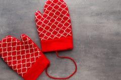 Перчатки детей в предпосылке с оформлениями рождества Стоковое Фото