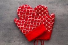 Перчатки детей в предпосылке с оформлениями рождества Стоковое фото RF