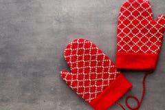 Перчатки детей в предпосылке с оформлениями рождества Стоковое Изображение