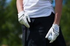 Перчатки игрока гольфа держат утюг или короткую клюшку Стоковые Изображения RF