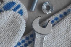 Перчатки и ключи работы закрывают вверх Стоковая Фотография