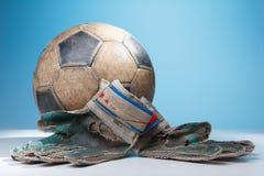 Перчатки и шарик голкипера футбола Стоковые Изображения RF