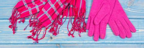 Перчатки и шаль на женщина на старых досках, одежда на осень или зима Стоковое Изображение