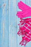 Перчатки и шаль на женщина на старых досках, одежда на осень или зима, космос экземпляра для текста Стоковые Изображения RF
