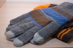 Перчатки и шляпа зимы, перчатки и ложь шляпы зимы на полке шкафа стоковая фотография