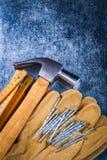 Перчатки кожаной безопасности работая установили ногтей деревянного m конструкции Стоковые Изображения RF