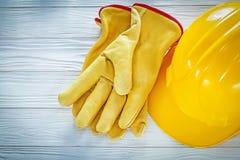 Перчатки кожи трудной шляпы защитные на белой доске Стоковая Фотография RF