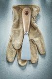 Перчатки ножа палитры работая на конкретной конструкции предпосылки Стоковое Фото