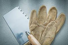 Перчатки лопаткы Bricklaying работая на конкретном constru предпосылки Стоковые Изображения RF