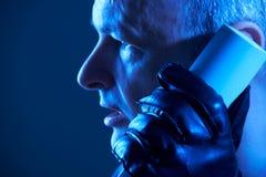 Перчатки преступника нося кожаные унося очковтирательство телефона Стоковое Изображение