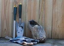 перчатки сада обувают инструменты деревянные Стоковые Изображения RF