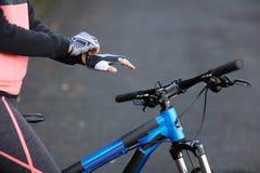 Перчатки спорта велосипедиста нося Стоковые Изображения