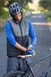 Перчатки спорта мужского велосипедиста нося Стоковые Фотографии RF