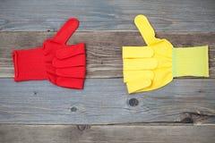 2 перчатки с поднятым большим пальцем руки вверх Стоковое Изображение