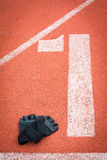 Перчатки фитнеса на идущей предпосылке следа Стоковые Изображения