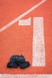 Перчатки фитнеса на идущей предпосылке следа Стоковая Фотография RF